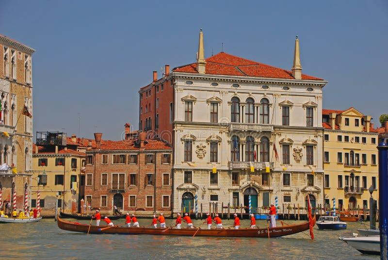 Eine Gruppe ältere Bootsruderer mit einem sehr langen Boot, das eine Pause während des Vogalonga-Regattafestivals in Venedig, Ita stockbild