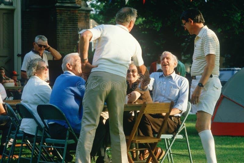 Eine Gruppe ältere gesellig seiende Bürger, stockbilder