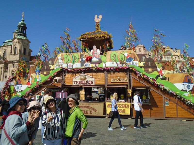 Eine Gruppe Asiatinnen in Prag am alten Marktplatz stockbilder