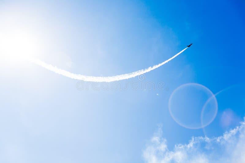Eine Gruppe Berufspiloten von Militärflugzeugen von Kämpfern an einem sonnigen vollen Tag zeigt Tricks im blauen Himmel stockbild