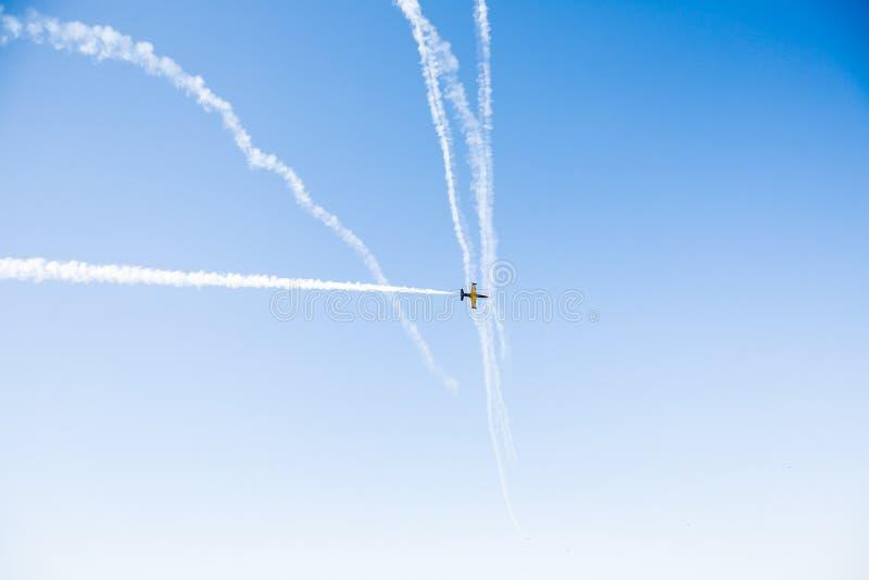 Eine Gruppe Berufspiloten von Militärflugzeugen von Kämpfern an einem sonnigen vollen Tag zeigt Tricks im blauen Himmel stockbilder