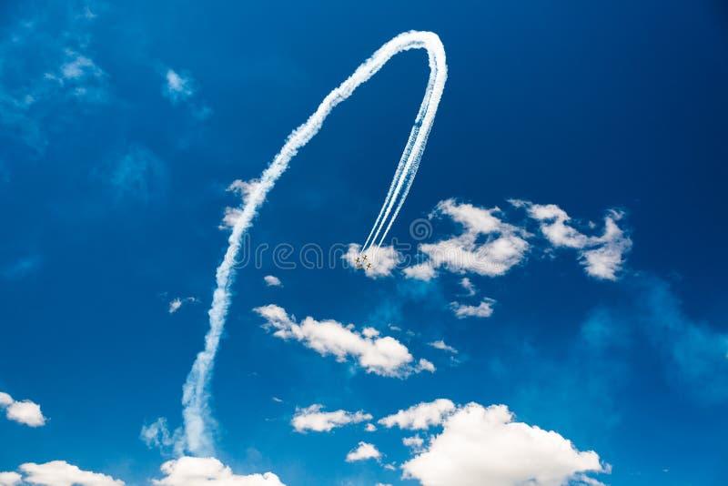 Eine Gruppe Berufspiloten von Militärflugzeugen von Kämpfern an einem sonnigen vollen Tag zeigt Tricks im blauen Himmel und verlä lizenzfreie stockfotografie