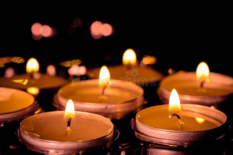 Eine Gruppe brennende Kerzen mit Weichzeichnung in der Rückseite lizenzfreies stockfoto