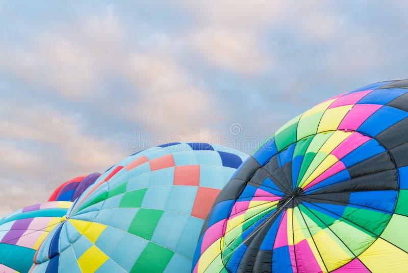 Eine Gruppe bunte Heißluftballone, die an der internationalen Ballon-Fiesta in Albuquerque, New Mexiko aufgeblasen werden lizenzfreies stockfoto