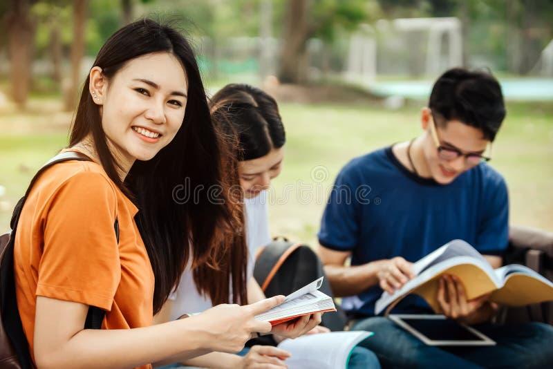 Eine Gruppe des jungen oder jugendlich asiatischen Studenten in der Universität lizenzfreie stockfotos