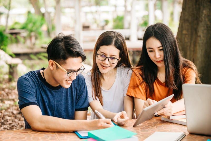 Eine Gruppe des jungen oder jugendlich asiatischen Studenten in der Universität stockfotografie