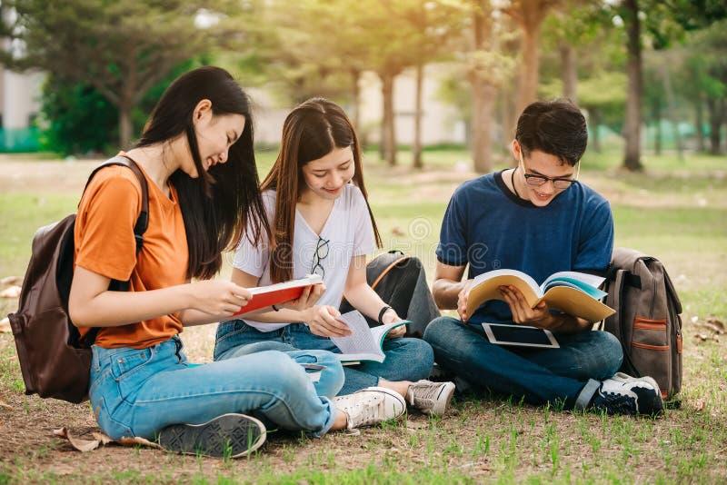 Eine Gruppe des jungen oder jugendlich asiatischen Studenten in der Universität lizenzfreies stockbild