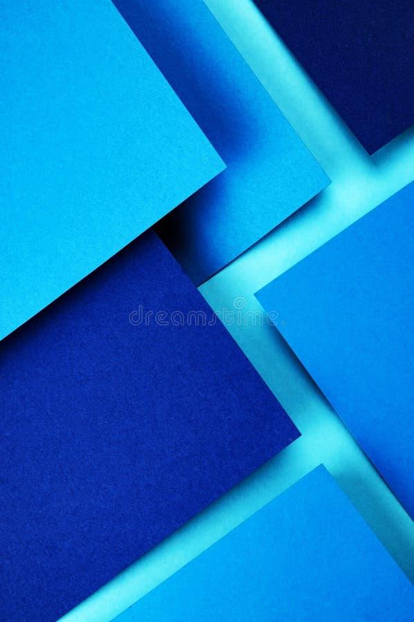 Eine Gruppe farbige Papiere des Blaus stockfotografie