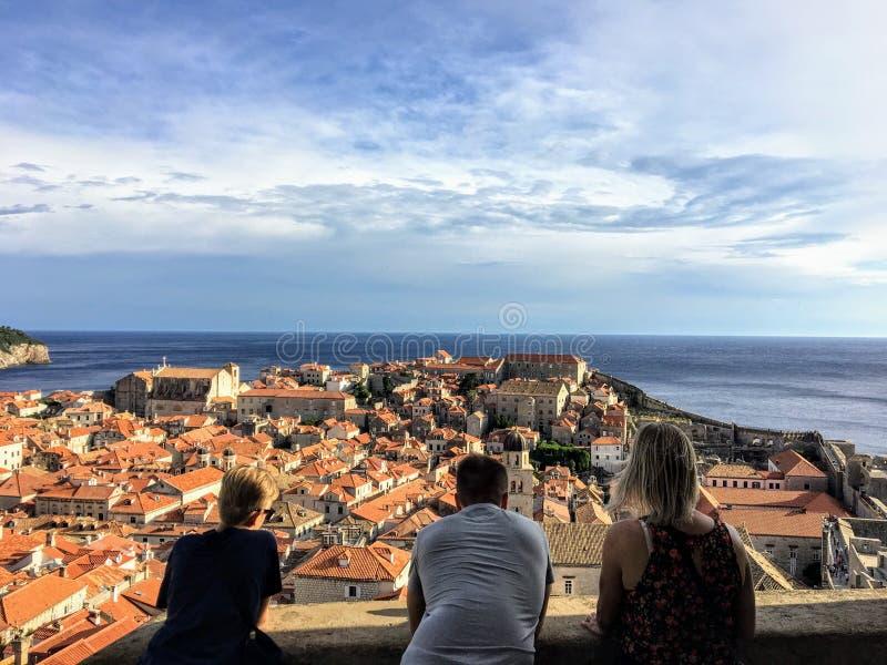 Eine Gruppe Freunde auf den Wänden von Dubrovnik die alte Stadt von Dubrovnik bewundernd stockfoto