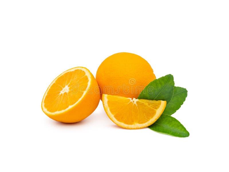 Eine Gruppe frische orange Früchte mit Grünblättern, lokalisiert stockbilder