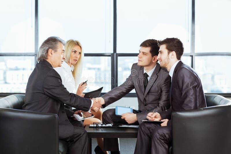 Eine Gruppe Geschäftsmänner, welche die Politik der Firma in t besprechen lizenzfreie stockfotos
