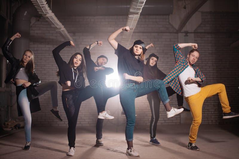 Eine Gruppe Jugendliche tut gemeinsamen Tanzstandpunkt zur Straße lizenzfreie stockbilder