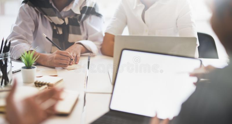 Eine Gruppe junge Geschäftsleute, die ihren Finanzplan konsultieren lizenzfreies stockbild