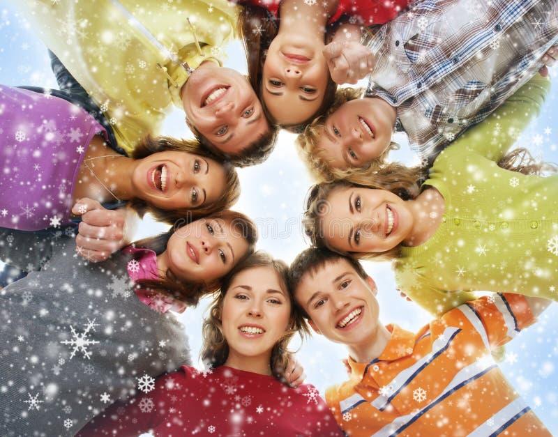 Eine Gruppe junge Jugendliche auf einem schneebedeckten Hintergrund lizenzfreie stockfotos