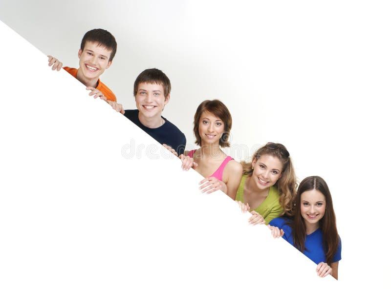 Eine Gruppe junge Jugendlichen, die eine weiße Fahne anhalten stockfotografie