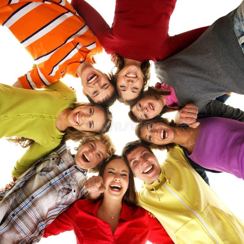 Eine Gruppe junge Jugendlichen, die heraus zusammen hängen stockbilder