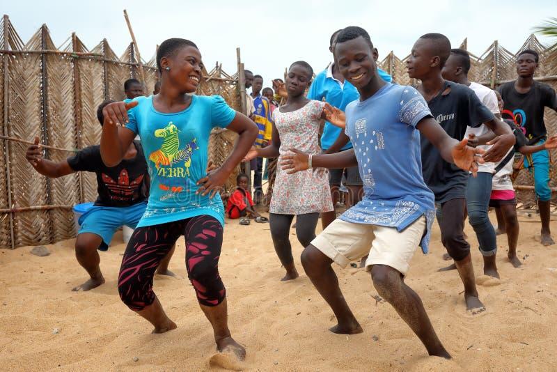 Eine Gruppe junge Tänzer in Accra, Ghana stockfotos