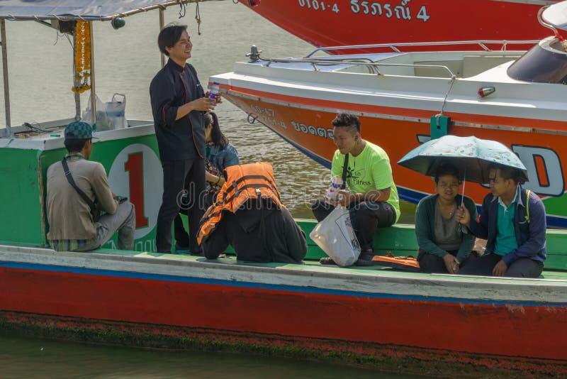 Eine Gruppe junge thailändische Leute hatte Spaß auf einem alten Boot lizenzfreie stockbilder