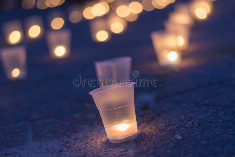 Eine Gruppe Kerzen, die in der Straße brennen Tag der Erinnerung für beraubt stockbild