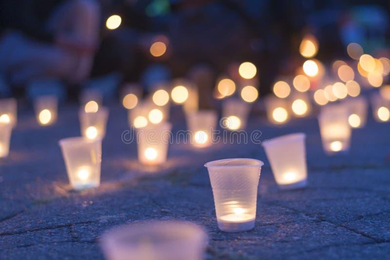 Eine Gruppe Kerzen, die in der Straße brennen Tag der Erinnerung für beraubt stockbilder
