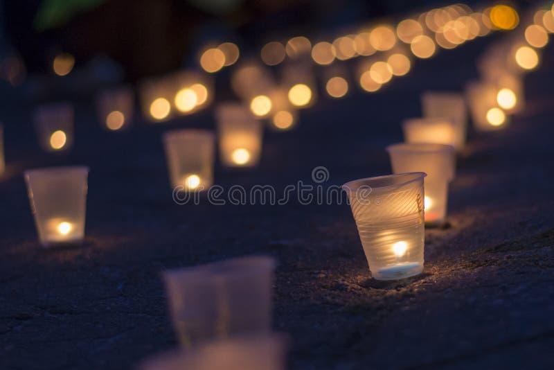 Eine Gruppe Kerzen, die in der Straße brennen Tag der Erinnerung für beraubt stockfotografie