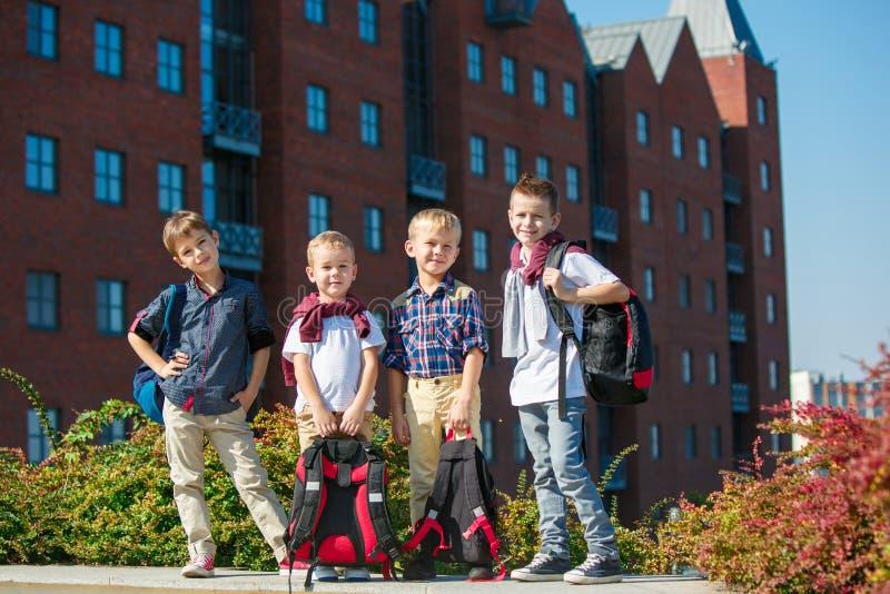 Eine Gruppe Kinder des Schul- und Vorschulealters stehen gegen sity lizenzfreie stockfotos