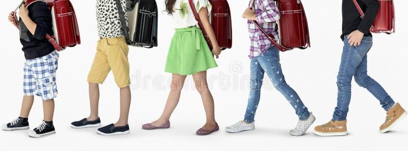 Eine Gruppe Kinder mit einem Rucksack stockfotografie