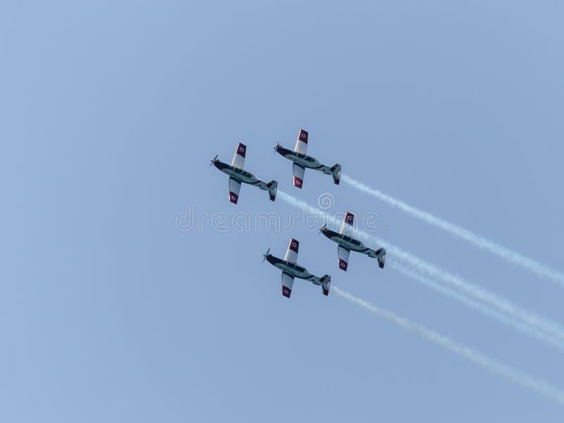 Eine Gruppe Sportflugzeuge zeigen im Himmel eine aerobatic Show, die dem 70. Jahrestag der Unabhängigkeit von Israel eingeweiht w lizenzfreies stockfoto