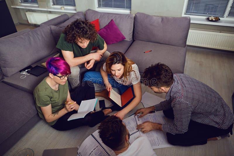 Eine Gruppe Studenten der jungen Leute zuhause stockfotos