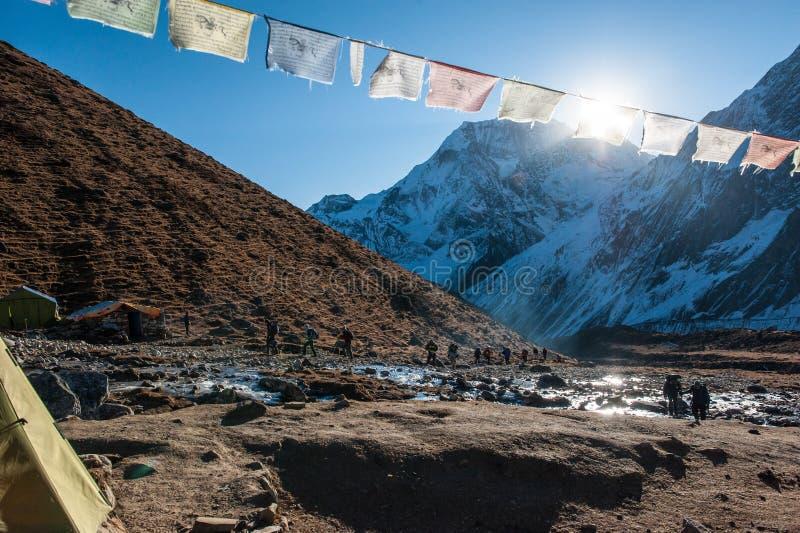 Eine Gruppe Trekkers in Dharmshala, bevor sie den Durchlauf auf Manaslu-Stromkreis mit Ansicht des Bergs Manaslu geht, erstrecken stockfoto