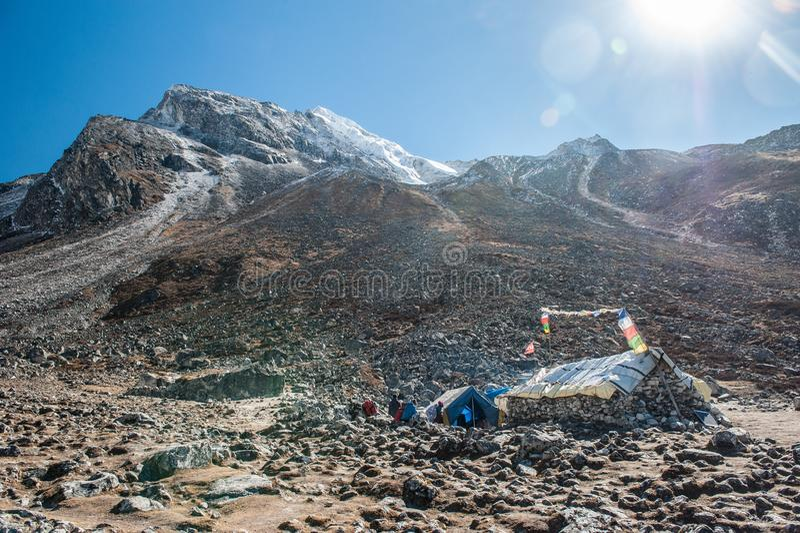 Eine Gruppe Trekkers, die vorangehen, nachdem sie den Durchlauf auf Manaslu-Stromkreis mit Ansicht des Bergs Manaslu gegangen hat lizenzfreie stockbilder