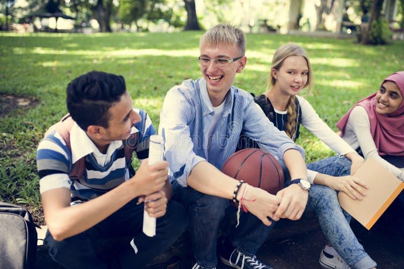 Eine Gruppe verschiedene Jugendliche lizenzfreie stockfotos