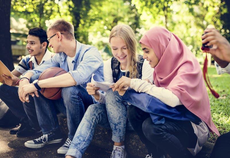 Eine Gruppe verschiedene Jugendliche lizenzfreie stockbilder