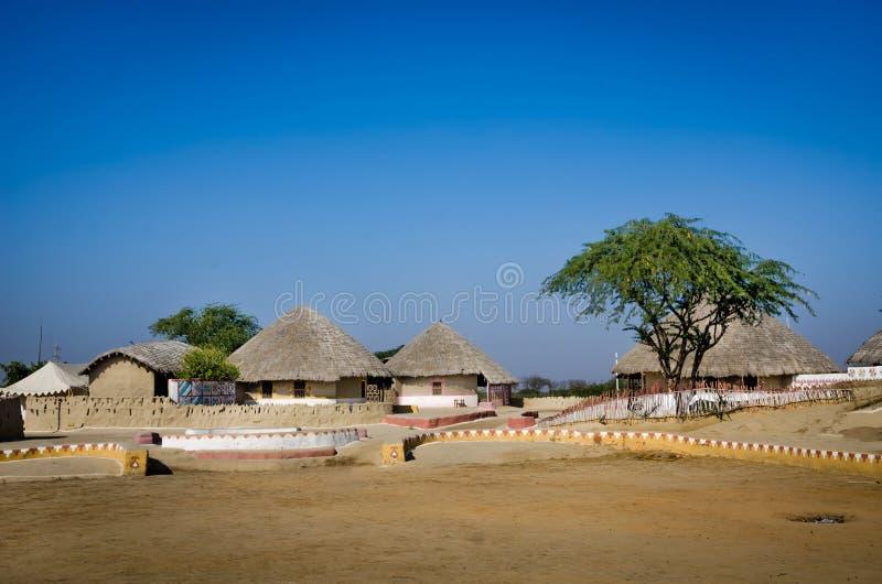 Eine Gruppe von Bhungas nahe Hodka-Dorf, Kutch, Indien lizenzfreies stockfoto