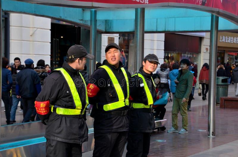 Sicherheitsteam an Nanjing-Straße, Shanghai China stockbilder