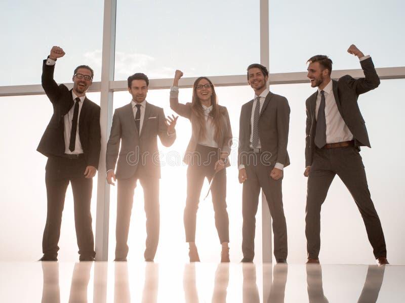 Eine Gruppe von Personen mit großen Erfolgsgriffen lizenzfreie stockfotografie