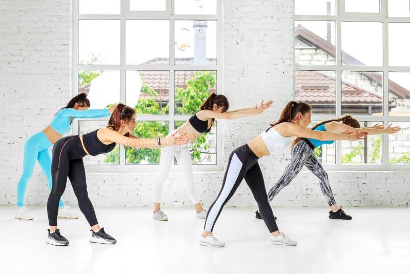 Eine Gruppe von Personen streben herein Sport in der Turnhalle an Das Konzept des Sports, ein gesunder Lebensstil, Eignung, ausde lizenzfreie stockfotografie