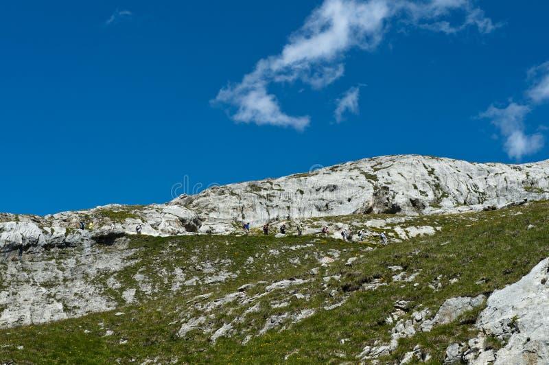 Eine Gruppe Wanderer im felsigen Gelände stockfotos
