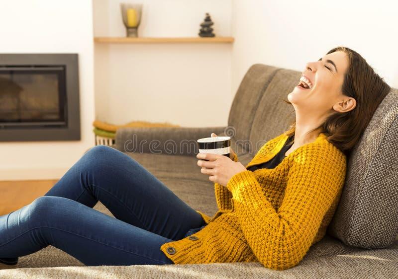 Eine gute Zeit mit einem Kaffee haben lizenzfreies stockfoto
