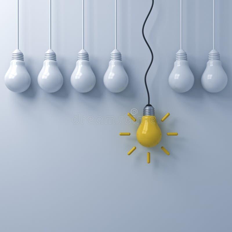 Eine hängende gelbe Ideenbirne, die heraus von den schwachen unlit Glühlampen auf weißem Wandhintergrund steht stockbilder