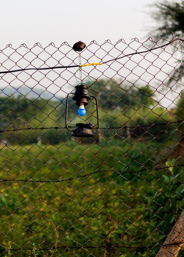 Eine hängende Laterne auf dem Fechten stockbild