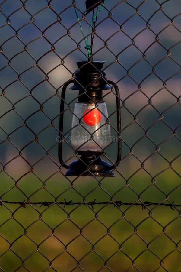Eine hängende Laterne auf dem Fechten lizenzfreie stockfotos