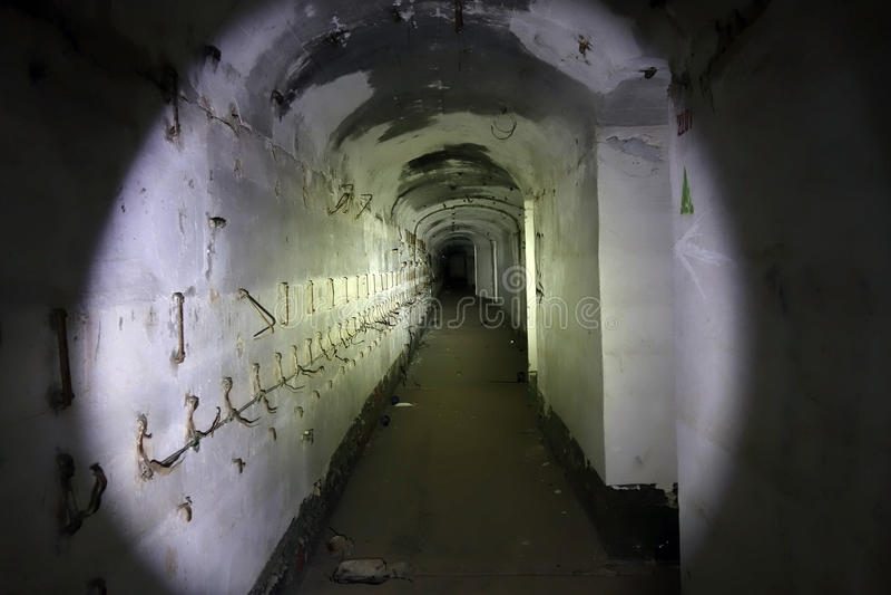 Eine Höhle in einer Untertagestadt lizenzfreie stockbilder