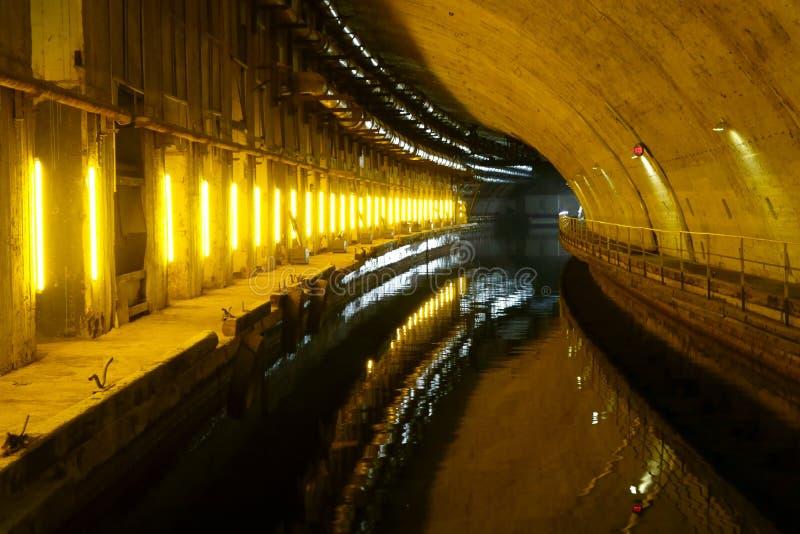 Eine Höhle in einer Untertagestadt lizenzfreies stockfoto