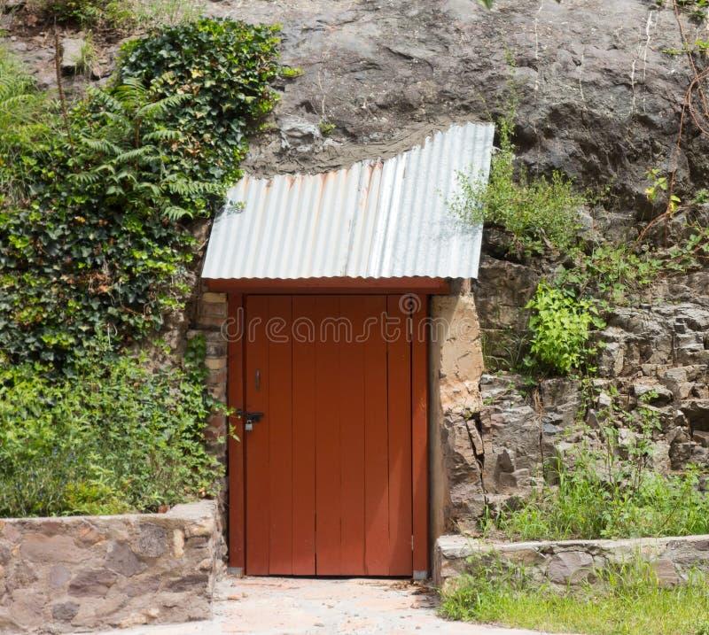 Eine Höhle mit einer verschlossenen Tür an einer Geisterstadt in New-Mexiko stockfotografie