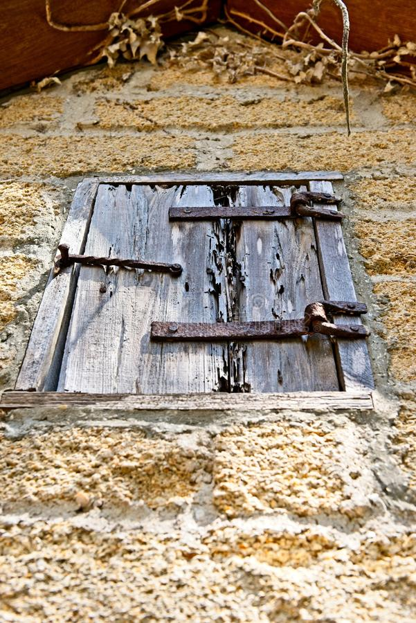 Eine hölzerne Fensterabdeckung auf einem alten Backsteinbau aus Gründen des Gonzalez Alvarez House in historischem St Augustine,  lizenzfreies stockfoto