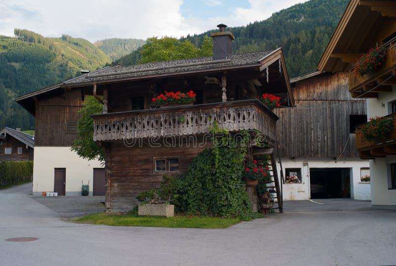 Eine hölzerne Kabine an einem österreichischen Bauernhof stockfoto