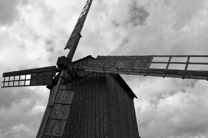 Eine hölzerne Windmühle in Schwarzweiss lizenzfreies stockfoto
