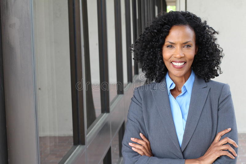 Eine hübsche Afroamerikanerfrau bei der Arbeit lizenzfreie stockfotos