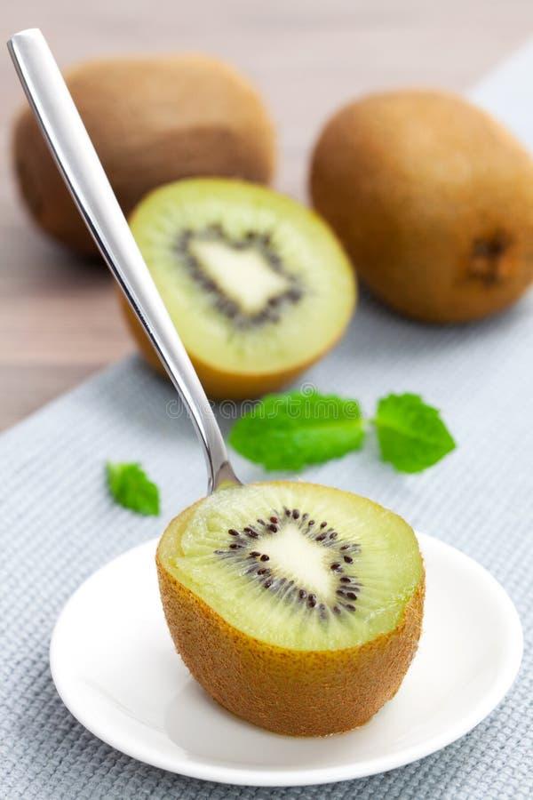 Eine halbe Kiwifrucht lizenzfreie stockfotografie
